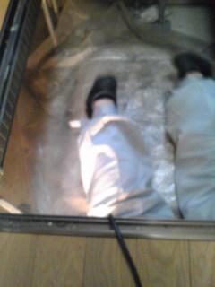 足が見えますか床下収納です