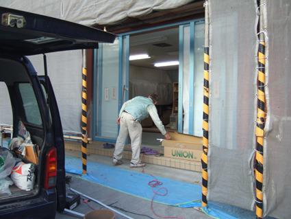 新日軽ショップフロント工事ドアハンドル付けます