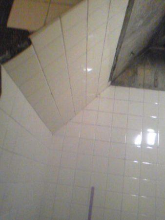三階のあるテラスハウス2階にあるお風呂ですが階段下