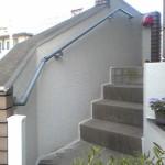 玄関アプローチ長い階段壁支持の外部用手すり
