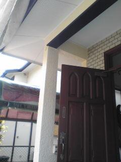 玄関軒下塗装中