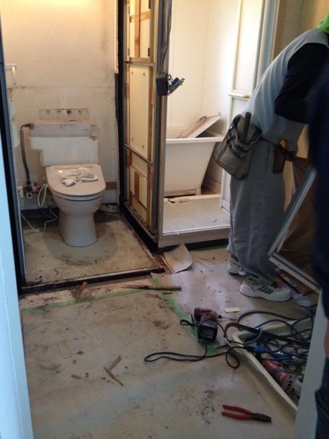 ユニット式のトイレ解体中