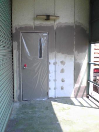 工場引き違い土間サッシをドアに変更