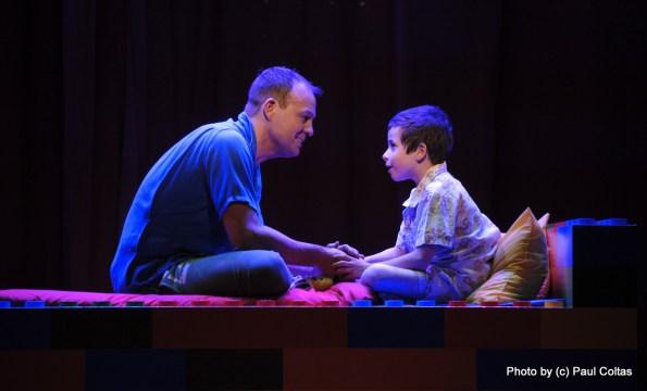 ג'ייסון דונובן כאבא ובנו. צילום: פול קולטס