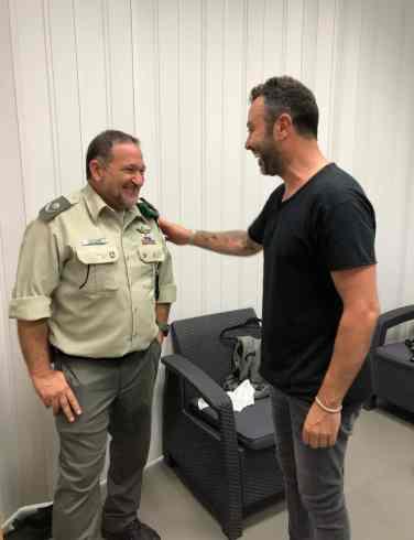 ליאור נרקיס עם פיקוד המשטרה. צילום באדיבות עופר מנחם תקשורת
