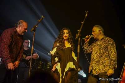 להקת הג'יפסי קינגס מארחת את מירי מסיקה .צילום יובל אראל