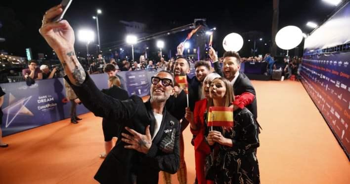 נציגי ספרד על השטיח הכתום. צילום באדיבות איגוד השידור האירופאי