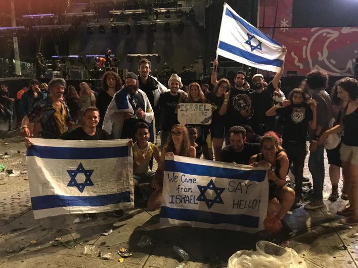 מעריצי Foo Fighters מישראל בפסטיבל. צילום לידור בק