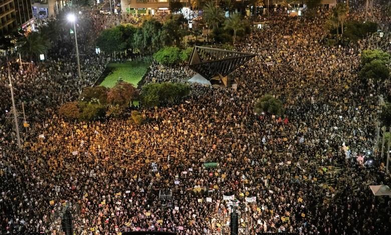 """30 אלף מפגינים ומיליון דעות, כיכר רבין במוצ""""ש. צילום גיא פריבס"""