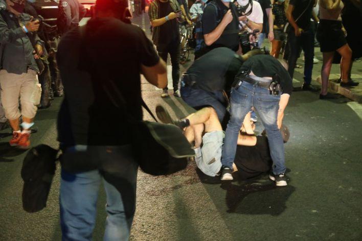 מחאת הלחם הפכה להתפרעות. צילום מוטי קמחי