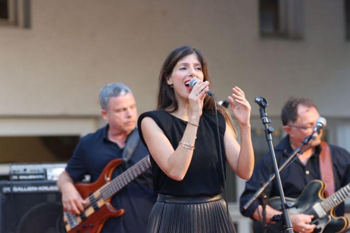 הזמרת יעל צבי בטקס. צילום מוטי קמחי