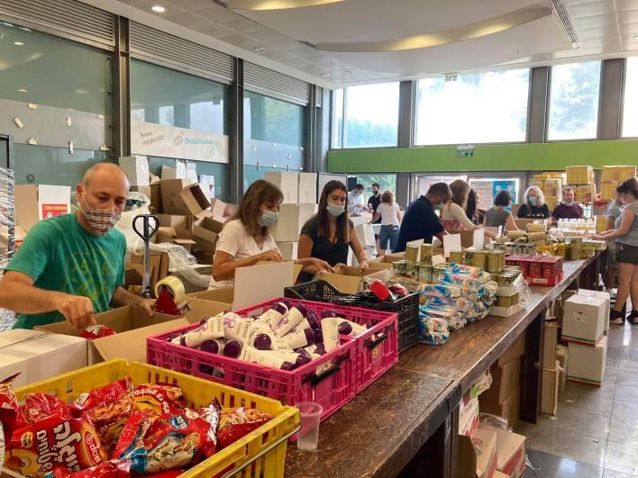 מתנדבים לאריזות חבילות סיוע בעמותת פעימת הלב.