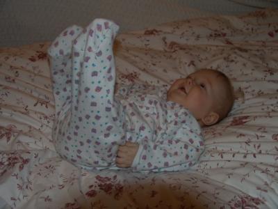 Yves wuzzelt auf dem Bett rum