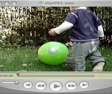 Ein kleiner Fussballer im Garten