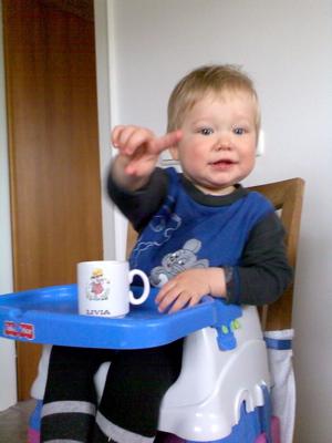 Ich trinke aus der Tasse, wie Mama