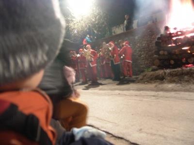 Die Babbi Natale stehen am Feuer
