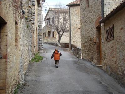 Ich spaziere durch Rocca d'Orcia