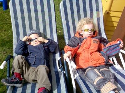 Wir tauschen die Sonnenbrillen beim Sonnen