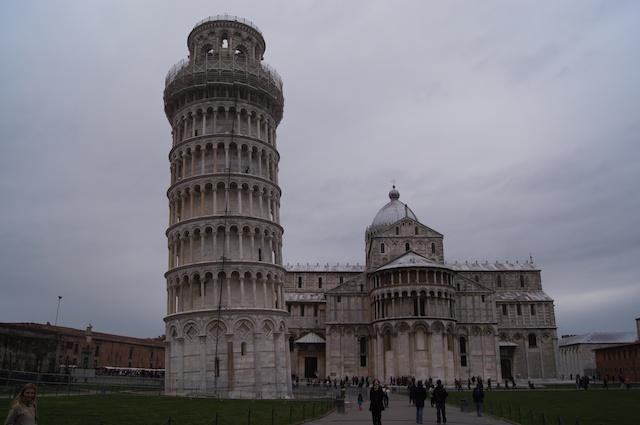 Yves visita la torre di Pisa