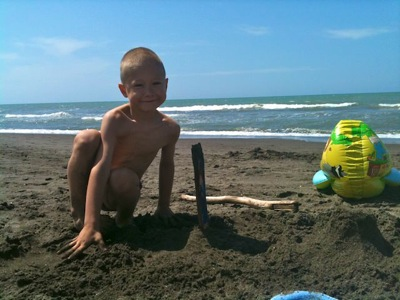 Fonzie gioca nella sabbia