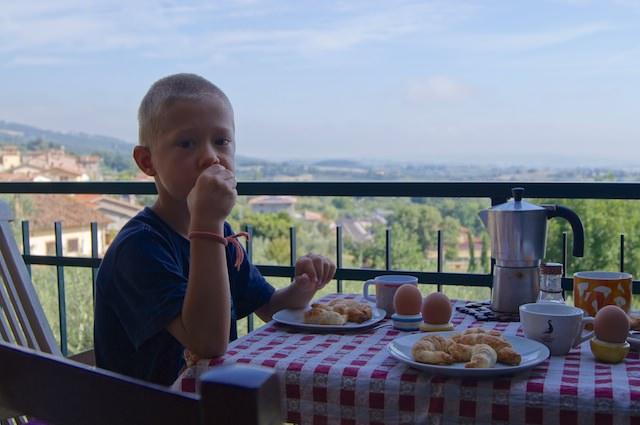 Fonzie prende la sua colazione di domenica sul balcone - che vista!