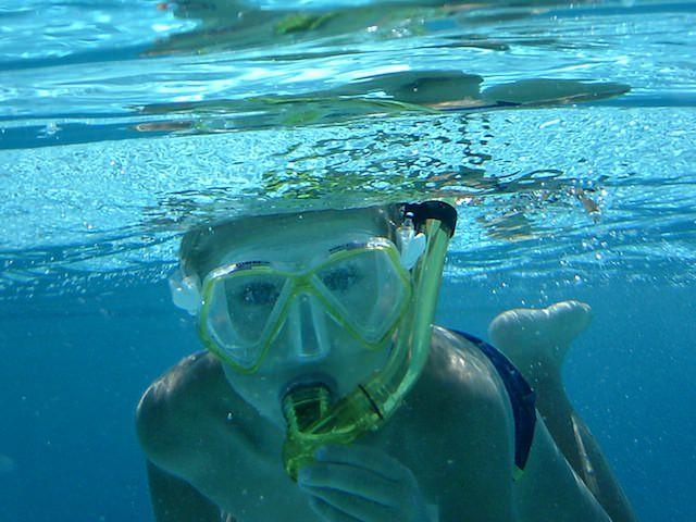 Yves fa lo snorkeling in piscina