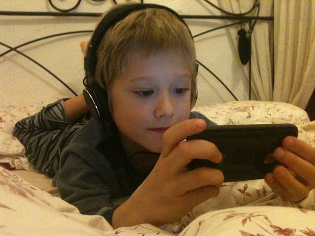 Yves gioca con il suo iPod