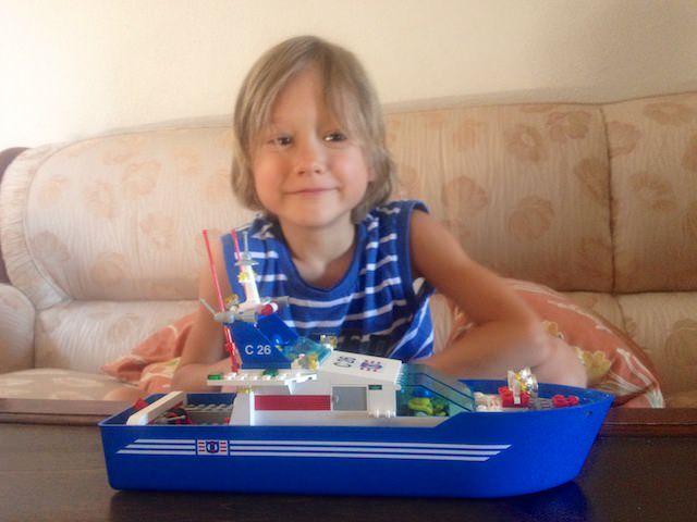 Yves piace la nave di LEGO