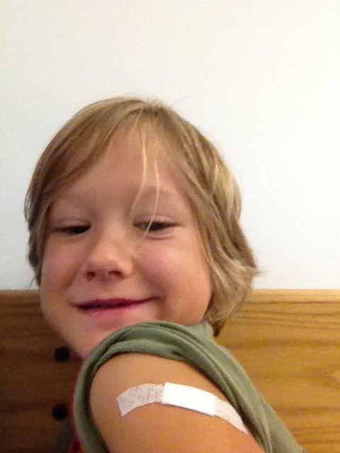 Yves con il cerotto dopo il vaccino