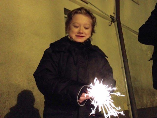 Yves festeggia l'anno nuovo con una candela magica