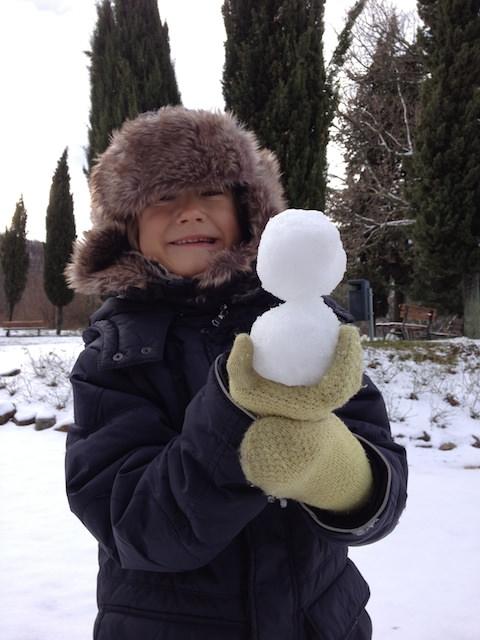 Yves si diverte giocando con la neve