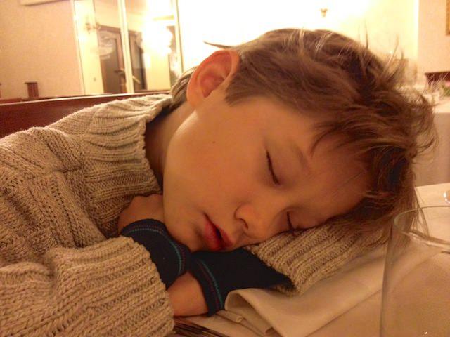 Yves è così stanco che si è addormentato al tavolo