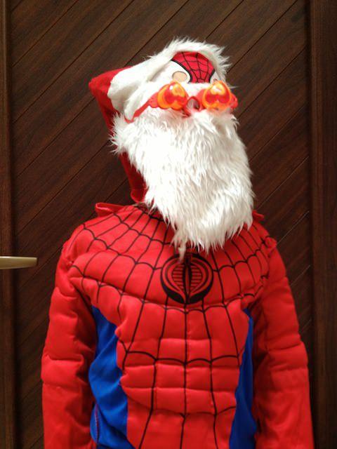 Yves si è travestito da Spider-Santa