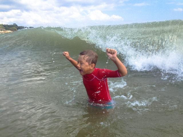 Yves si diverte nel mare