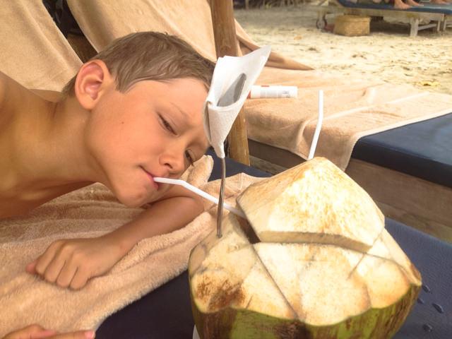Fonzie si gode un cocco fresco