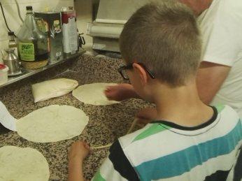 Fonzie aiuta a preparare le pizze