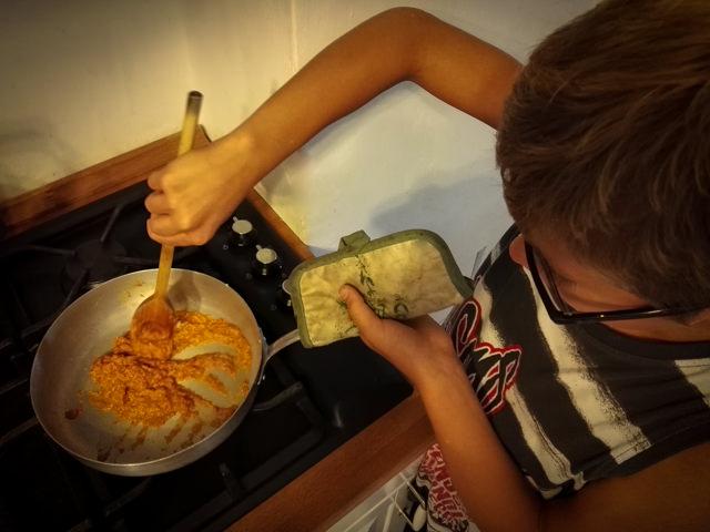 Yves aiuta a preparare del Sambal