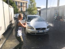 Mi diverto lavando la macchina