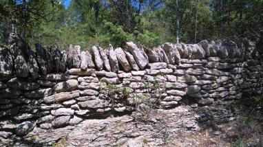 Cela commence par les murs de pierres sèches, qui bordent les drailles, ces chemins par lesquels les troupeaux de moutons transhumaient autrefois.