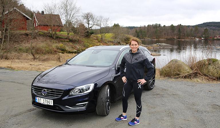 Volvo V60 og Yvonne i landlige omgivelser.
