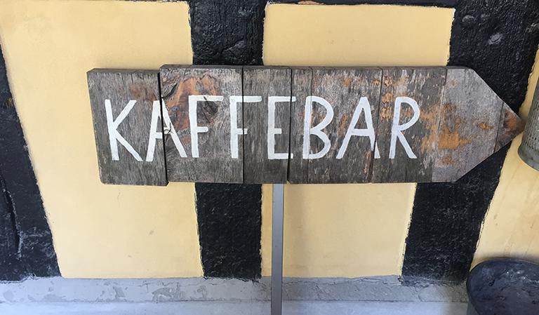 """Skilt: """"Kaffebar"""""""