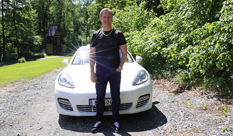 Tom Espen med bil i bakgrunnen.