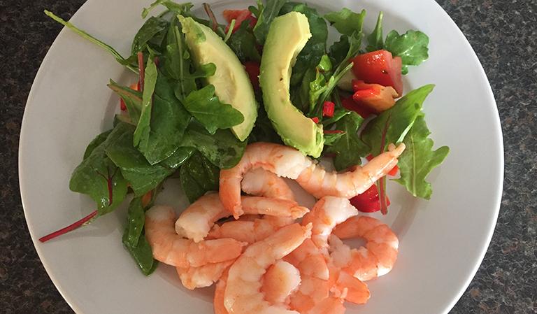 Salat med scampi og avocado.