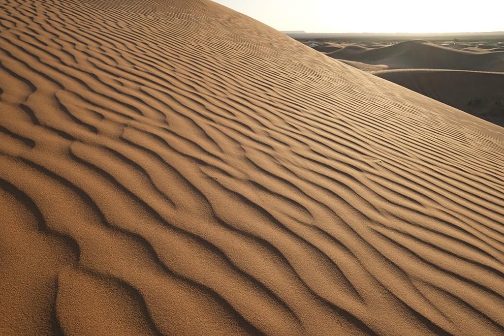 patroon van lijnen in de woestijn