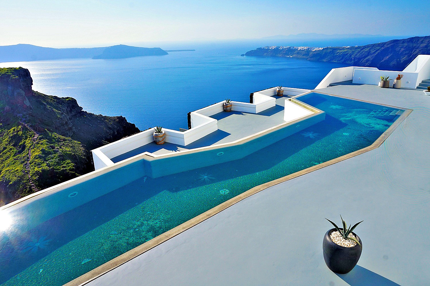 Imerovigli hotels. Grace Hotel, Auberge Resort overlooking Skaros Rock and the caldera.