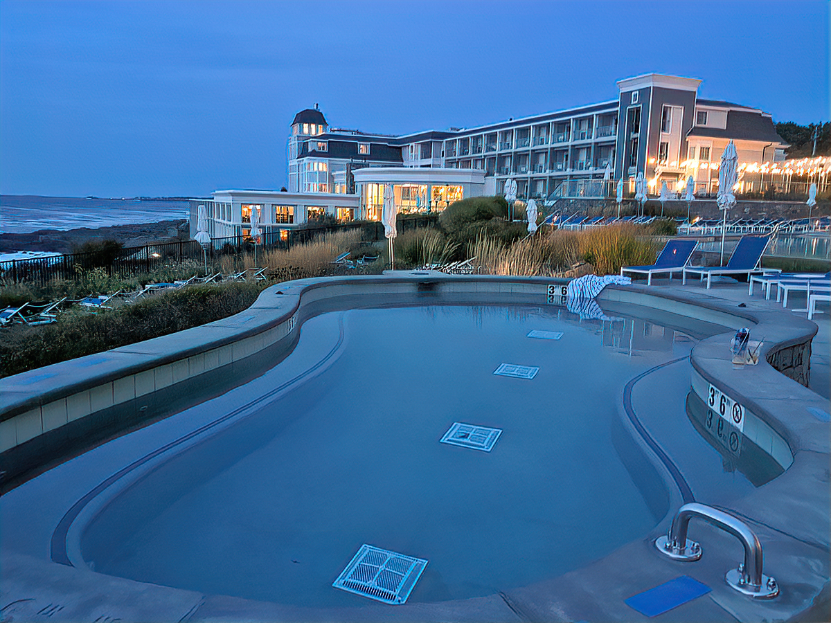 A hot tub with a view at Cliff House Maine.