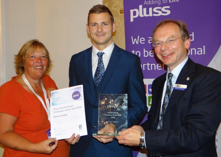 Robert Zarywacz presents Pluss Employer of the Year Award