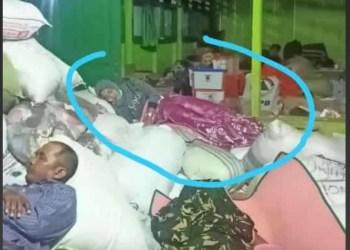 Ibu Kades Nurhidayah Tertidur di Tumpukan Karung