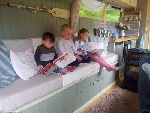 Пара купила старый рейсовый автобус и превратила его в комфортабельный дом на колёсах (15 фото)