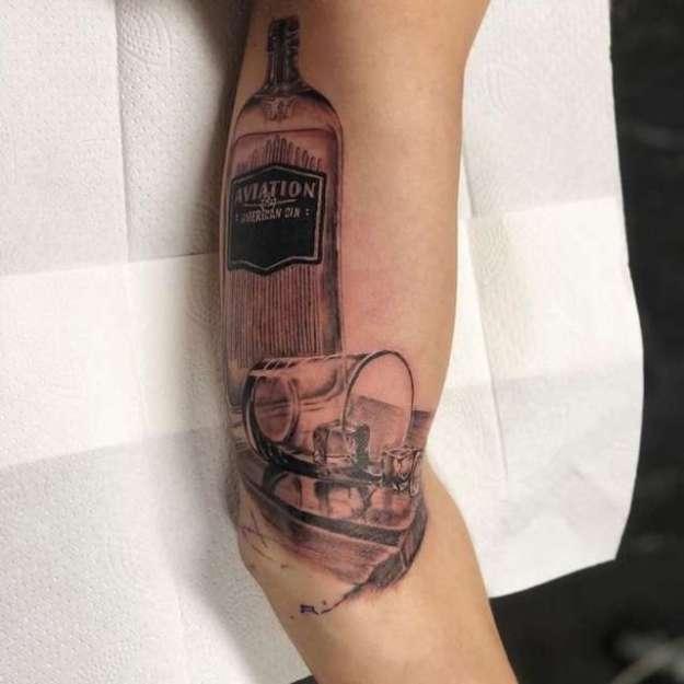 Татуировка, благодаря которой парень получил подарок от Дэдпула (3 фото)